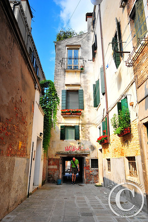Venetian Giant? Is this a tall man and regular doorway, or an average person and tiny doorway? Ago vita vos somnium (live the life you dream)
